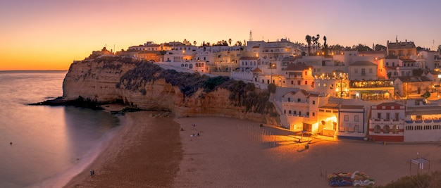 Tramonto estivo sulla spiaggia di carvoeiro, nella zona dell'algarve, a sud del portogallo.