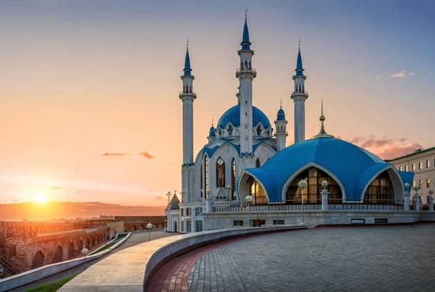 Tramonto estivo su una moschea kul sharif a kazan