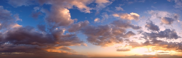 Panorama del cielo al tramonto estivo con nuvole di lana. fondo del cielo del bel tempo di sera d'estate.