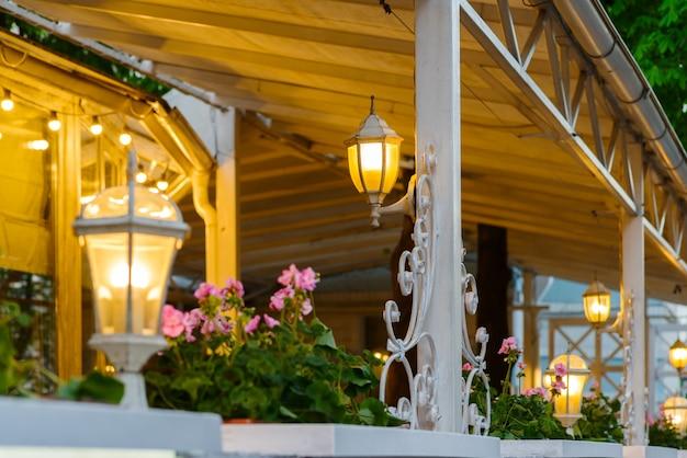 Terrazza estiva con lampade decorative