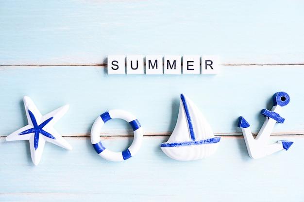 Accessori della spiaggia di progettazione dell'insegna del testo di estate sul bordo di legno, concetto di vacanze estive