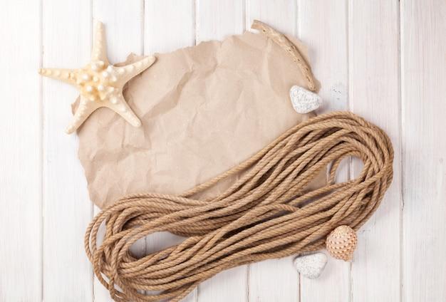 Fondo di vacanza al mare dell'ora legale con stelle marine e corda marina