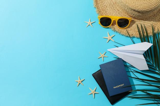 Accessori da viaggio estivo su blu, spazio per il testo