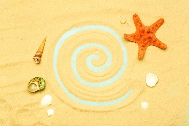 Estate, vacanze sulla spiaggia sullo sfondo del mare. conchiglie di mare e oceano sulla sabbia della spiaggia in un clima estivo soleggiato. mare, oceano e sfondo di relax.