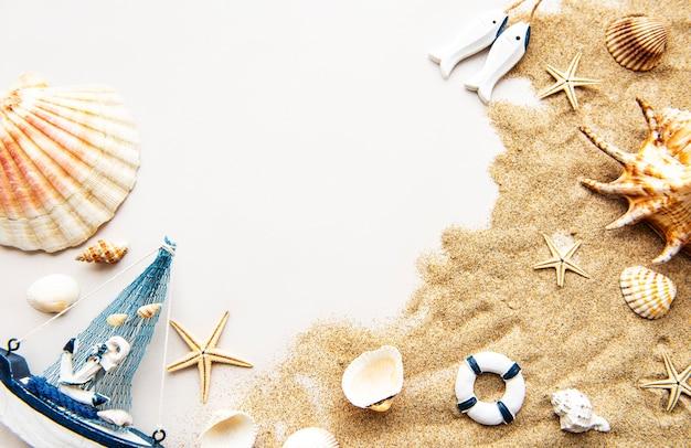 Oggetti di vacanza estiva sulla sabbia