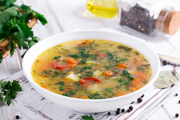 Zuppa di verdure estiva con gustose verdure sane