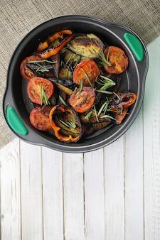 Verdure estive grigliate melanzane e pomodorini saltati in padella