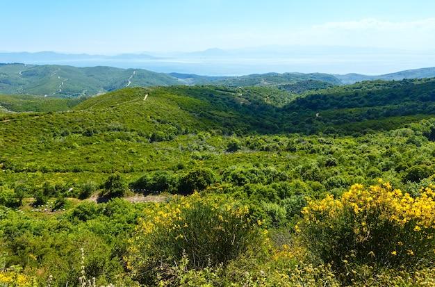 Vista estiva del mar egeo dalla cima della collina grecia