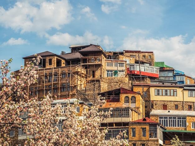 Vista estiva della città sulla roccia. autentico villaggio di montagna del daghestan di choh. russia.