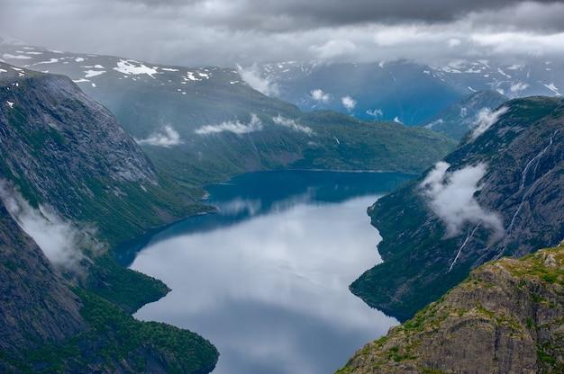 La vista estiva di trolltunga a odda, lago ringedalsvatnet, norvegia.