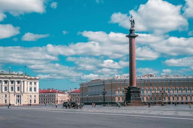 Vista estiva della piazza del palazzo d'inverno con carrozza e cavalli in