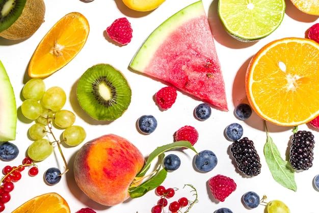 Estate vitamina cibo concetto, vari frutti e bacche anguria pesca prugna albicocche mirtillo ribes, piatto laici su sfondo bianco vista dall'alto copia