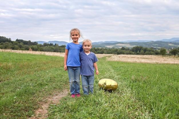 L'estate dopo il lockdown. bambini che corrono insieme sul prato in montagna, nuova normalità