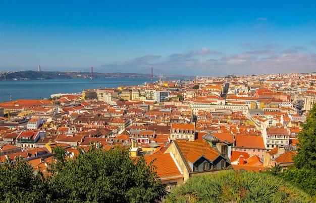 Paesaggio urbano di giorno di sole estivo al vecchio quartiere storico di lisbona dal castelo de s. jorge portogallo.