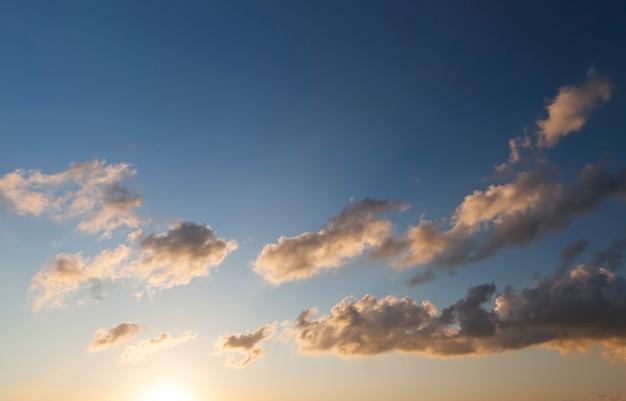 Sole e nuvole al tramonto o all'alba, cielo colorato e nuvole al tramonto o all'alba, paesaggio in natura
