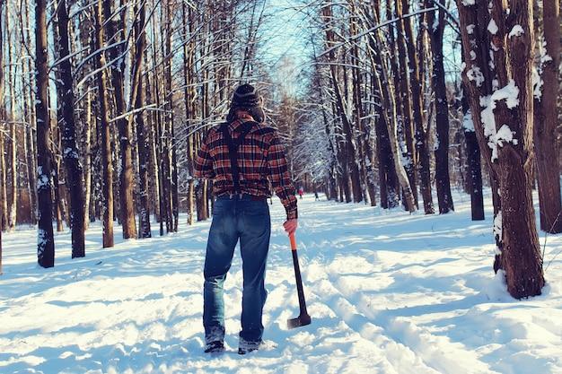 Sun day uomo con l'ascia nella foresta