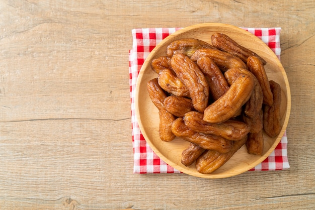 Banana essiccata al sole su piatto di legno