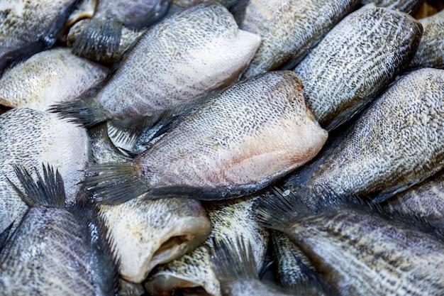Sfondo di pesce salato essiccato al sole, cibo tailandese