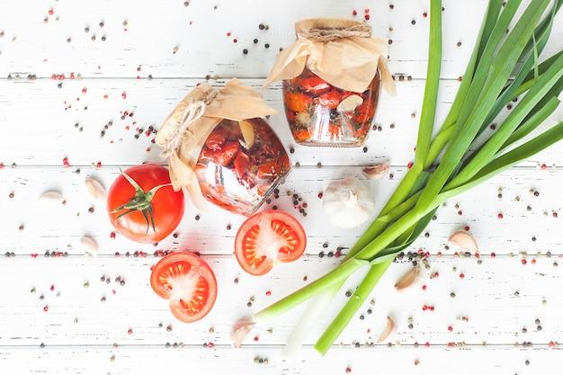Vista dall'alto di pomodoro essiccato al sole. colpo piatto laico di vaso con conservazione fatta in casa. conserva con i pomodori.