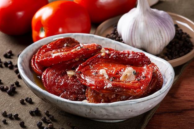 Pomodori secchi in una ciotola con olio d'oliva