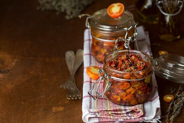 Pomodori secchi con erbe e spezie