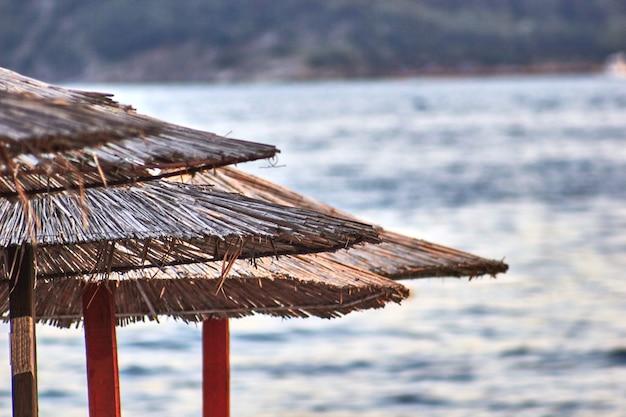 Sedie a sdraio e ombrelloni sono sulla spiaggia di budva, in montenegro. europa. viaggi.