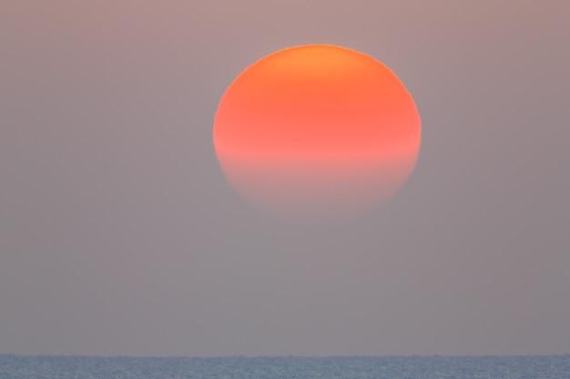 Il sole sorge sul mare