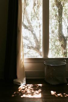 Sole che splende attraverso la finestra