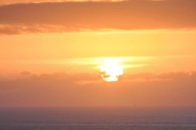 Sole al tramonto all'orizzonte nel mare