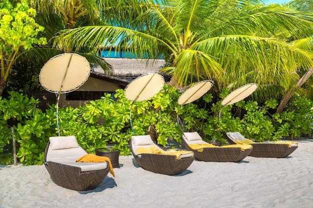 Lettino sulla spiaggia tropicale delle maldive