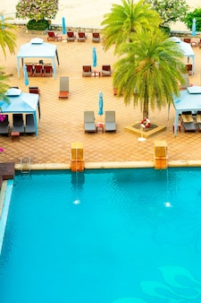 Lettini e ombrelloni intorno alla piscina
