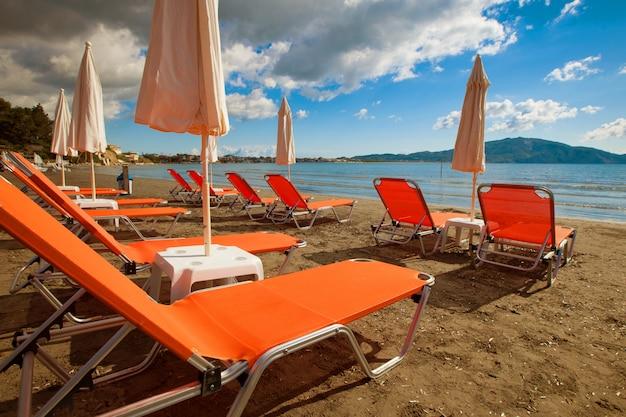 Sdraie con ombrelloni sulla bellissima spiaggia
