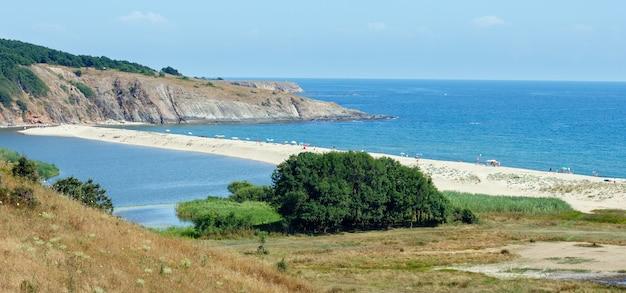 Sundy summer beach nel villaggio di sinemorets (bulgaria). tutte le persone e il logo sono irriconoscibili.
