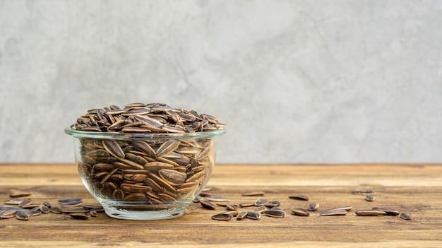 Seme di girasole su una tavola di legno
