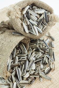 Semi di girasole in sacchi.