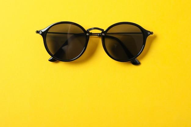 Occhiali da sole sul colore di sfondo, spazio per il testo e primo piano. accessori alla moda
