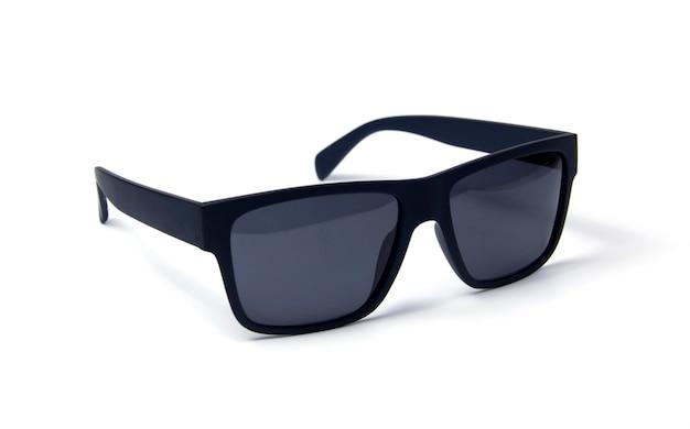 Occhiali da sole su sfondo bianco. occhiali con montatura nera