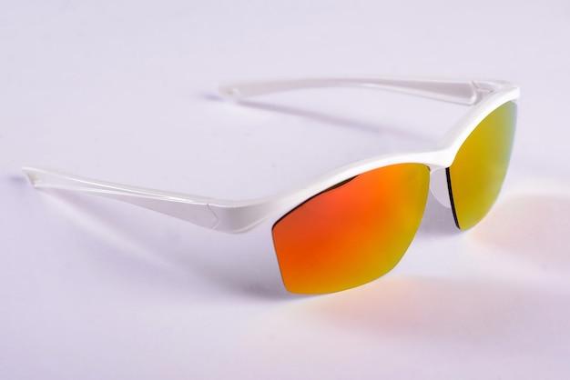 Occhiali da sole su sfondo bianco in una foto in studio
