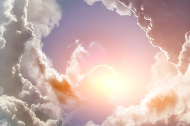 La luce del sole penetra tra le nuvole nel cielo