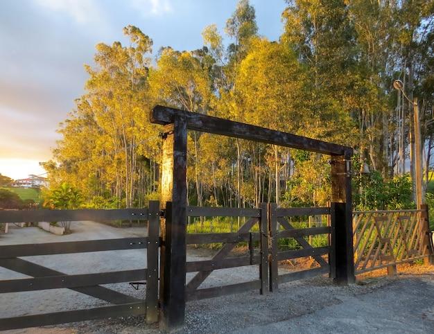 Cancello in legno illuminato dal sole nel tardo pomeriggio