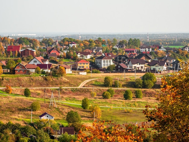 Soleggiato paesaggio rurale autunnale con case in lontananza. russia.