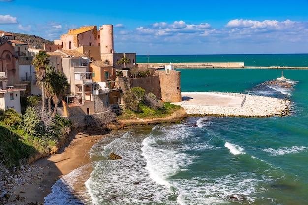 Sunny cala petrolo beach, mar mediterraneo e fortezza medievale a cala marina, porto nella città costiera di castellammare del golfo, sicilia, italia