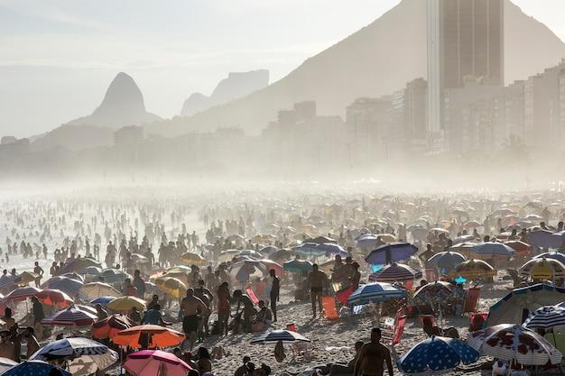Giornata di sole alla spiaggia di leme a rio de janeiro