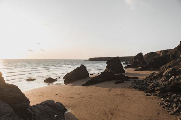 Giornata di sole sulla spiaggia rocciosa
