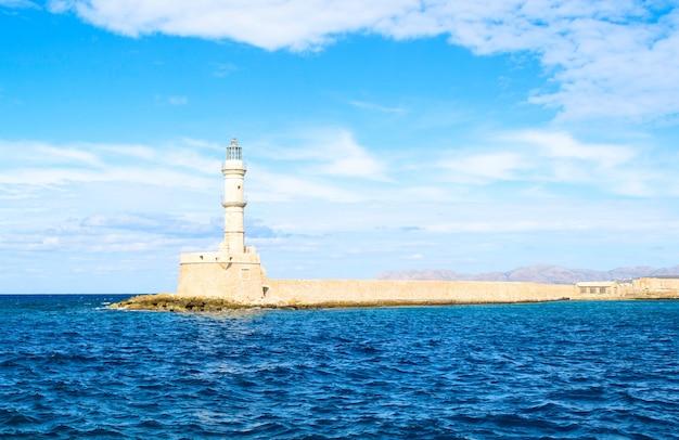 Faro soleggiato nel mar mediterraneo, creta, grecia