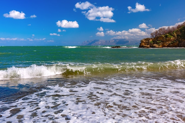 Fortezza medievale soleggiata a cala marina, porto nella città costiera castellammare del golfo e spiaggia di cala petrolo, sicilia, italia