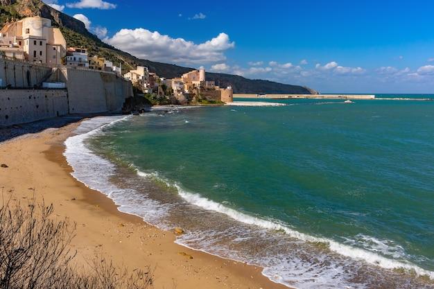 Fortezza medievale soleggiata a cala marina, porto nella città costiera castellammare del golfo e spiaggia vuota di cala petrolo, sicilia, italia