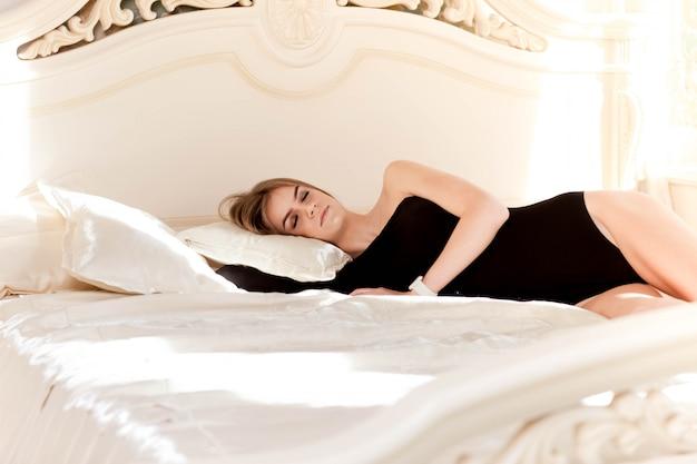 Mattina di sole nella camera da letto di una bella ragazza