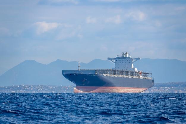 Giornata di sole estivo e mare calmo. nave da carico vuota nel mar mediterraneo