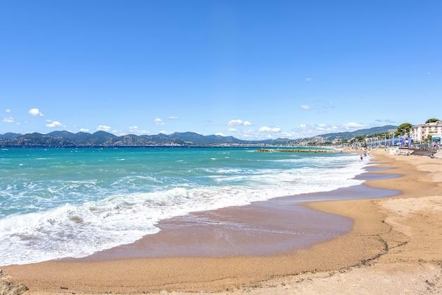 Vista soleggiata al beachline e mare di cannes resort in francia